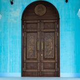 Дверь в церкви. Массив дуба,резьба