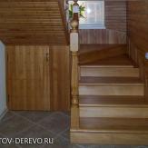 Лестница из бука с забежными ступенями на площадке