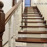 Лестница на деревянном центральном косоуре. Ясень