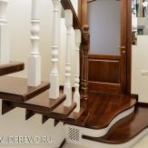 Лестница с пригласительными ступенями. Массив ясеня