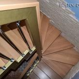 Лестница из бука с забежными ступенями на каркасе из металла