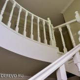 Белая лестница из дерева. Ясень,эмаль