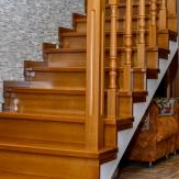 Лестница из массива бука с фризовой ступенью