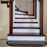 Лестница из ясеня с фризовой ступенью