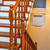 Лестница на бетоне облицованная массивом и плиткой