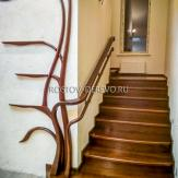 Лестница из ясеня с гнутыми поручнями