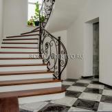 Винтовая монолитная лестница. Ковка, массив ясеня.