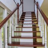 Деревянная лестница на центральном косоуре. Ясень